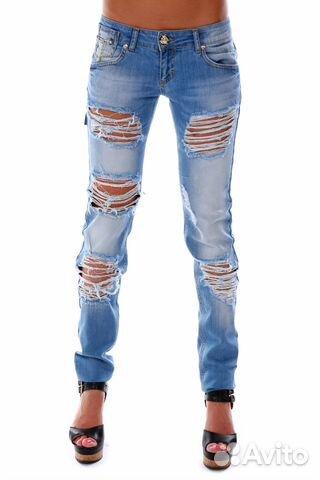 Голубые рваные джинсы женские